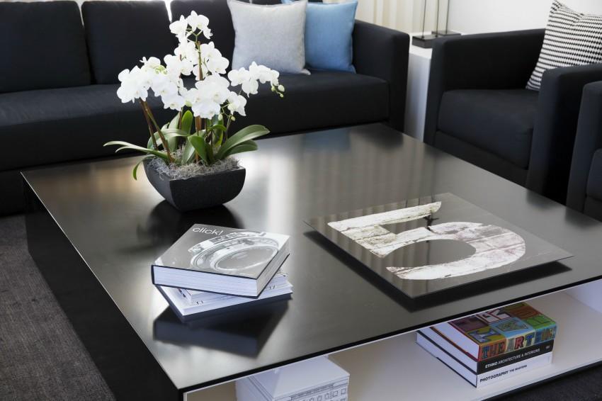 Белая орхидея на стеклянном столе