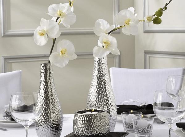 Композиция из орхидей на столе