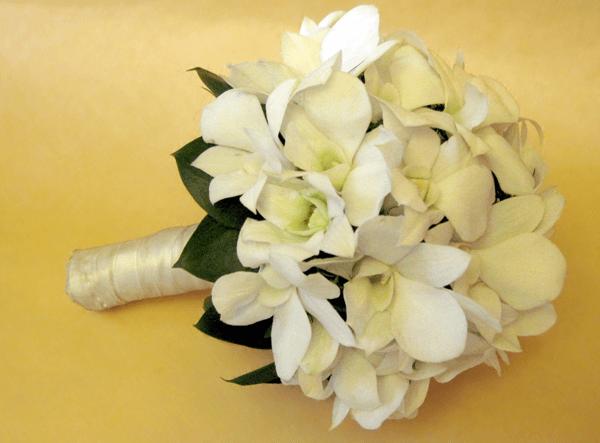 Нежный свадебный букет из орхидей