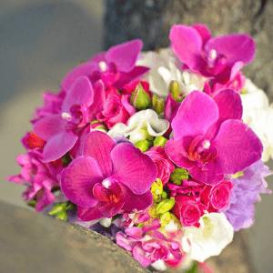 Фото букета из малиновых орхидей